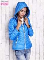 Niebieska pikowana kurtka z wykończeniem w groszki                                  zdj.                                  4