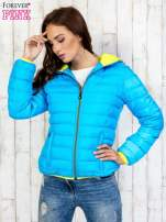 Niebieska pikowana kurtka z żółtym wykończeniem                                  zdj.                                  4