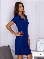 Niebieska sukienka koktajlowa w tłoczony ornamentowy wzór                                  zdj.                                  5