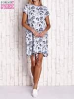 Niebieska sukienka z kobiecym nadrukiem                                                                          zdj.                                                                         2