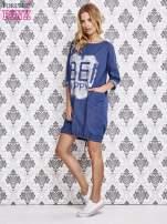Niebieska sukienka z napisem BE HAPPY                                  zdj.                                  4