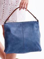 Niebieska torba z ażurowaną klapką                                  zdj.                                  4