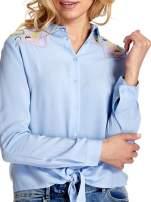 Niebieska wiązana koszula z aplikacjami na ramionach                                  zdj.                                  6