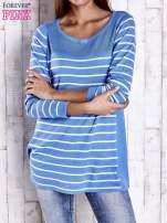 Niebieski luźny sweter w paski z ażurowym dekoltem