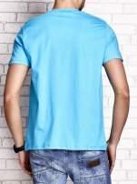 Niebieski t-shirt męski z nadrukiem czaszki i napisami                                  zdj.                                  2