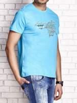 Niebieski t-shirt męski ze sportowym nadrukiem i napisami                                  zdj.                                  3