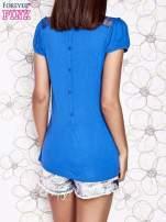 Niebieski t-shirt z ażurowym motywem                                  zdj.                                  2