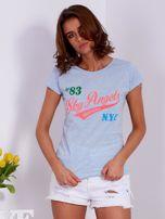 Niebieski t-shirt z kolorowymi napisami                                  zdj.                                  1