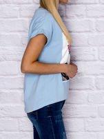 Niebieski t-shirt z malarskim nadrukiem                                  zdj.                                  3