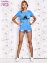 Niebieski t-shirt z ozdobnym napisem i kokardą                                  zdj.                                  4