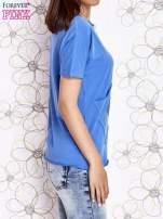 Niebieski t-shirt z ukośną kieszenią i dżetami                                                                          zdj.                                                                         3