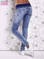 Niebieskie jeansowe spodnie na gumkę i z troczkami