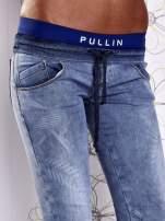 Niebieskie jeansowe spodnie na gumkę i z troczkami                                  zdj.                                  4