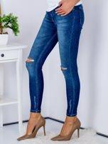 Niebieskie jeansy z rozcięciami na kolanach                                  zdj.                                  3