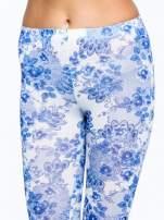 Niebieskie legginsy w roślinny wzór                                                                          zdj.                                                                         4