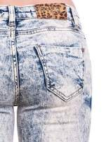Niebieskie marmurkowe spodnie jeansowe z przetarciami                                  zdj.                                  7