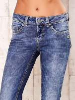 Niebieskie marmurkowe spodnie jeansy                                   zdj.                                  4