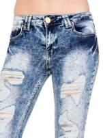 Niebieskie rurki jeansowe marmurki z fantazyjnymi rozdarciami                                  zdj.                                  7