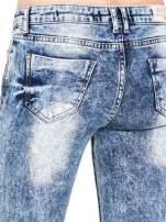 Niebieskie rurki jeansowe marmurki z fantazyjnymi rozdarciami                                                                          zdj.                                                                         9