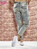 Niebieskie spodnie boyfriend jeans z szarpaniem                                                                          zdj.                                                                         4