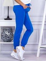 Niebieskie spodnie dresowe z kieszonką z przodu                                  zdj.                                  5