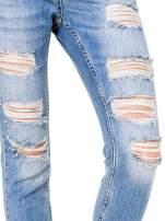 Niebieskie spodnie girlfriend jeans typu cut out                                  zdj.                                  6