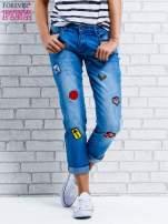 Niebieskie spodnie girlfriend jeans z naszywkami                                  zdj.                                  1