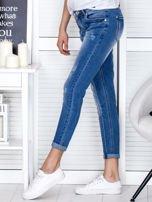 Niebieskie spodnie jeansowe damskie z ozdobnym suwakiem PLUS SIZE                                  zdj.                                  3