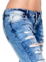 Niebieskie spodnie jeansowe dzwony z rozdarciami cut out