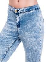 Niebieskie spodnie jeansowe marmurki z wysokim stanem