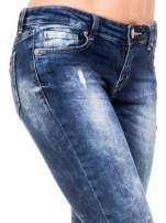 Niebieskie spodnie jeansowe rurki z lekkim dekatyzowaniem i przetarciami                                  zdj.                                  6