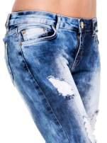 Niebieskie spodnie jeansowe rurki z rozjaśnianą i przecieraną nogawką                                  zdj.                                  6