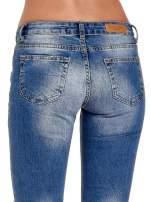 Niebieskie spodnie jeansowe skinny 7/8 z dziuarmi na kolanach                                  zdj.                                  7