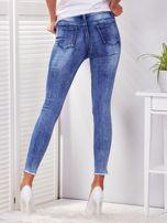 Niebieskie spodnie jeansowe skinny z perełkami i wystrzępionymi nogawkami                                  zdj.                                  2