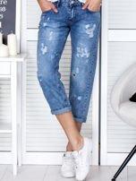 Niebieskie spodnie jeansowe z dekatyzacją i przedarciami                                  zdj.                                  1