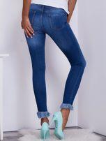 Niebieskie spodnie jeansowe z wystrzępieniami na nogawkach                                  zdj.                                  2