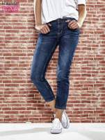 Niebieskie spodnie regular jeans z plecionym paskiem                                  zdj.                                  1