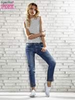Niebieskie spodnie skinny jeans z postrzępioną nogawką na dole