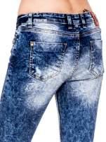 Niebieskie spodnie skinny jeans z rozdarciami i modelującym rozjaśnieniem                                  zdj.                                  7