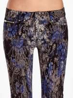Niebieskie spodnie skinny w kwiaty                                                                          zdj.                                                                         5