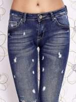 Niebieskie spodnie trash jeans z cieniowaniem                                  zdj.                                  4