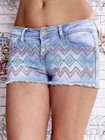 Niebieskie szorty jeansowe w azteckie wzory