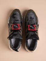 Oliwkowe buty sportowe na podwyższeniu z kolorową podeszwą i motywem moro                                  zdj.                                  2