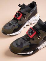 Oliwkowe buty sportowe na podwyższeniu z kolorową podeszwą i motywem moro                                  zdj.                                  4