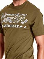 Oliwkowy t-shirt męski z nadrukiem moro                                  zdj.                                  5