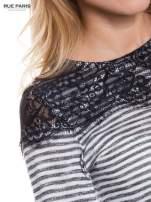 Pasiasta bluzka z koronką na ramionach                                  zdj.                                  5