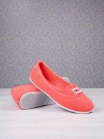Pomarańczowe materiałowe baleriny Cushy Court ze sznurówkami i białą podeszwą                                  zdj.                                  3