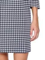 Prosta sukienka w pepitkę z kieszonką z pikowanej skóry                                  zdj.                                  7