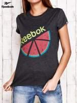 REEBOK Ciemnoszary t-shirt z nadrukiem arbuza                                  zdj.                                  1