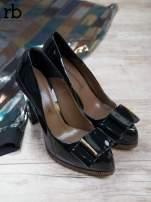 ROCCOBAROCCO Czarne lakierowane pantofle faux leather na słupku z kokardką                                  zdj.                                  1